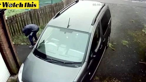 笨贼用砖头砸车 反弹回来砸中自己的脸车主都笑了