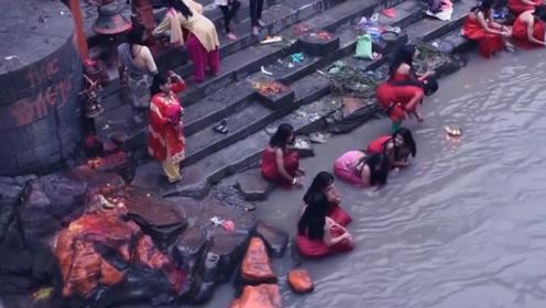 这个国家没有澡堂,男女老少都当街洗澡,成为一道亮丽的风景线