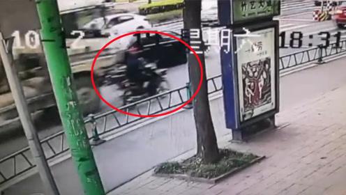 摩托车骑手被搅拌车撞倒后又遭碾压 监控拍下惊险一幕