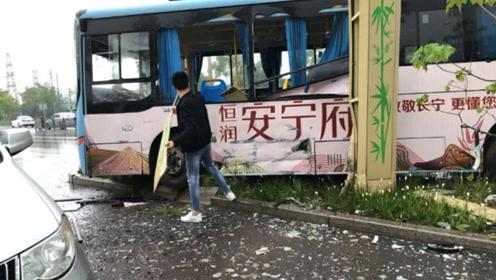 公交车疑似逆行撞弯路灯杆 现场玻璃渣满地一片狼藉