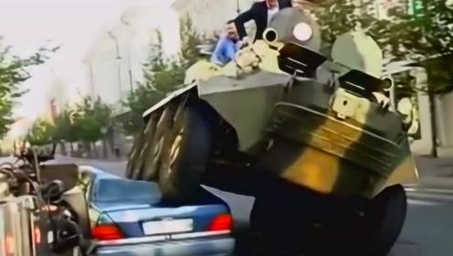 世界上最霸气的市长,为治理违章停车,直接开装甲车碾压违章汽车