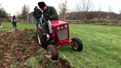 看上去跟儿童玩具一样的迷你拖拉机,真不敢相信它还能耕地