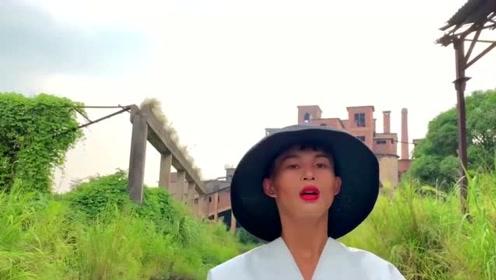 """拿刘雯当偶像的乡村超模,用""""废品""""改造时装?还吸粉百万!"""