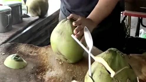 好害怕他切到手,牛人教你切椰子,最后那一刀很温馨!