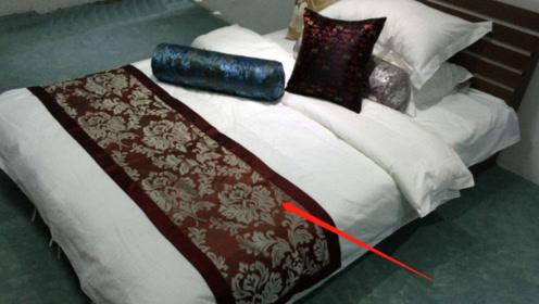 酒店床上为啥要放一块布?很多情侣忽略了它,没想到却大有用处