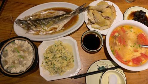 到上海景区吃饭,白斩鸡18元半只,扎肉2元一份,味道越吃越怪!