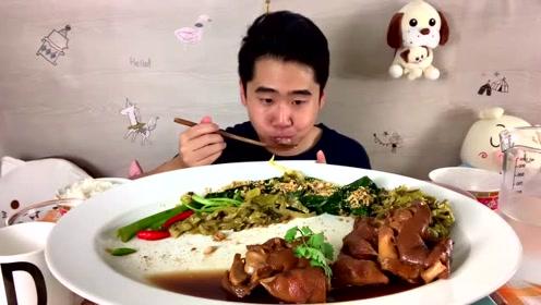 泰国小哥吃红烧大猪蹄,一口气啃了5个,太过瘾了!