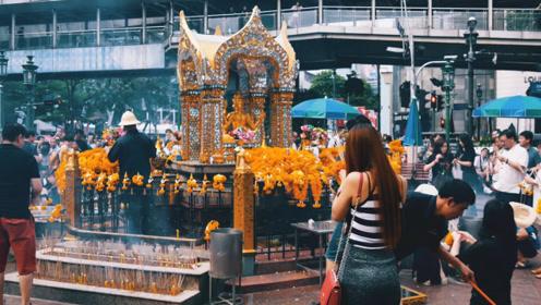 泰国香火最旺的四面佛:小的难以想象,位于商店旁边!还吸引国内外的明星