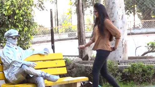 公园雕像居然能动了!路人们被这个家伙吓坏了,不过真的很真实