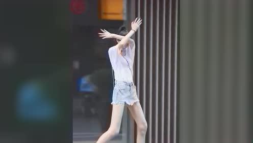这才叫腿呀!也不知道小姐姐最后的手势是啥意思?!