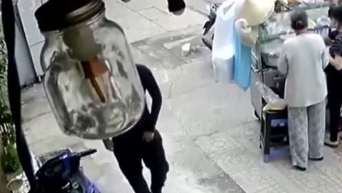 男子为了一辆电动车,蹲守数小时,最终如愿盗走!