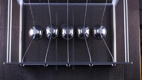 神奇的牛顿摆,5个球能一起动,这究竟是什么原理?
