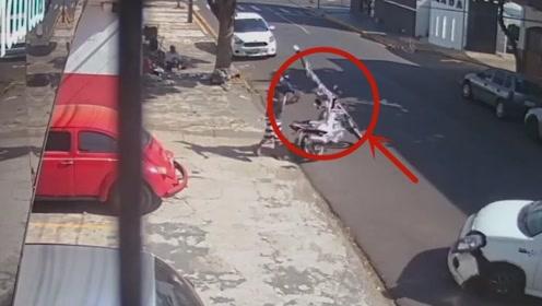 路边小伙子才是值得被同情的,监控拍下他无辜受害的瞬间