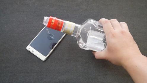 把白酒倒在手机上太厉害了,一年能省下几百元,有手机都要试试