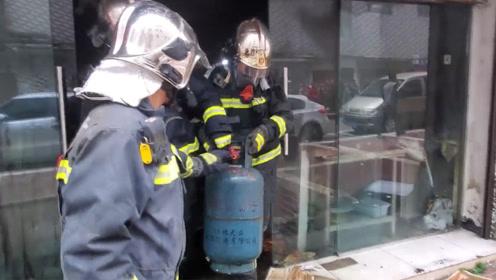 """六盘水一饭店液化气罐泄漏燃烧 消防员徒手拎出两个""""定时炸弹"""""""