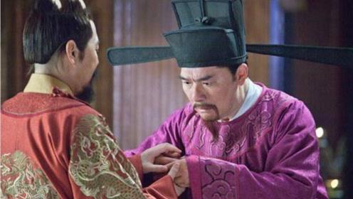皇帝想让大臣当宰相,大臣的儿子说:我爹有个毛病,皇帝只好作罢