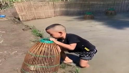 农村人不注重教育,不送小孩去学校读书,竟然让他们学逮鱼!