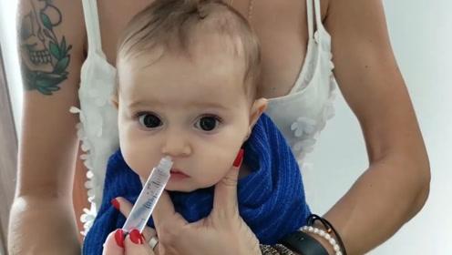 妈妈给小宝宝洗鼻子,小娃瞪着大眼睛,一脸乖巧的配合,太可爱了