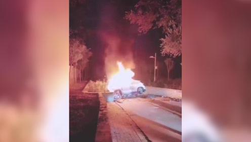 河北一轿车碰撞起火致4人死亡:单方事故,与护树底座猛烈碰撞