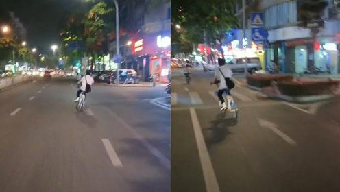"""耍杂技?佛山一男子""""S线骑行""""共享单车,2个车道来回遛得潇洒"""