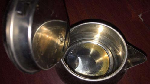 不管电热水壶水垢多厚,只需倒一碗它,都能自动掉下来,试试