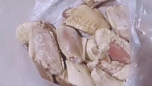 老公从超市买回来的鸡翅,刚过完水就成了这个样子,还敢吃吗?