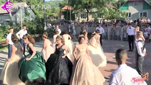 """实拍乌克兰小城的高中舞会,网友:女生都是""""模特级""""的"""