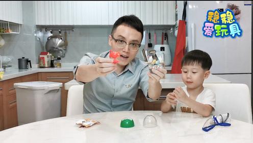 看起来小小的扭蛋玩具,拼起来却有难度,父子俩合力半天才完成