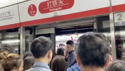 杭州地铁早高峰延误,好多人上班迟到,官方:系车载信号故障