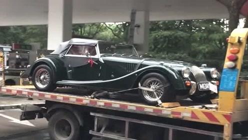 加油站遇到的拖车,拉着一辆豪华老爷车,看着真稀罕!