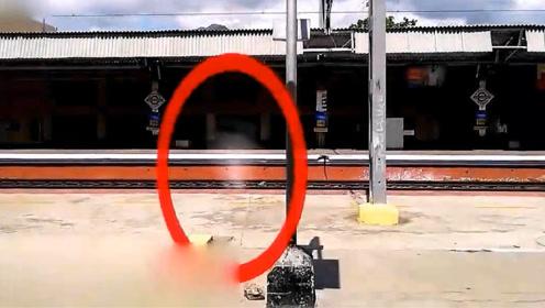 印度火车站台前出现白色影子,小哥原以为是镜头脏了,最后细思极恐!