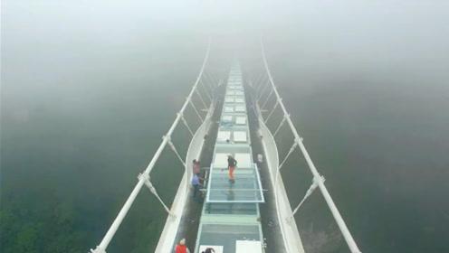 中国玻璃有多坚固?老外用锤子砸玻璃桥,镜头拍下全过程