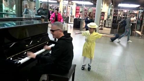 帅气大叔激情演奏钢琴曲,路过小萝莉上前伴舞,胆子好大啊