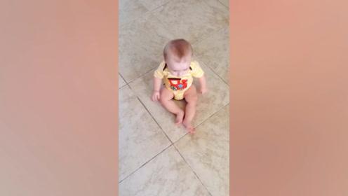 小女孩向后退,没想到只用两腿的推力,这简直太可爱了!