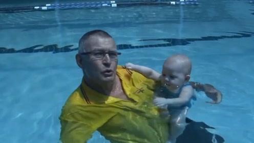 8个月的宝宝第一次学游泳,抓住教练衣服死活不放,真是太可爱了