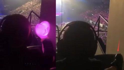 昆凌带儿子看周杰伦演唱会,他挥舞小夜灯戴着耳机超嗨