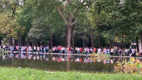 最有学问的湖!学生扎堆湖畔晨读,学生:这湖比我会的外语多