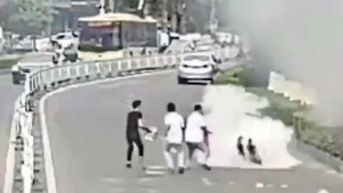 """路边起火引燃等车男子 3名路人抱灭火器车流中""""百米冲刺""""救援"""
