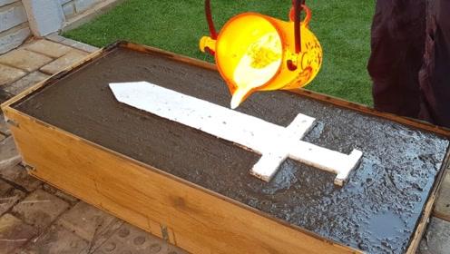 国外牛人突发奇想,用高温熔岩自制玩具剑,网友:有点酷!