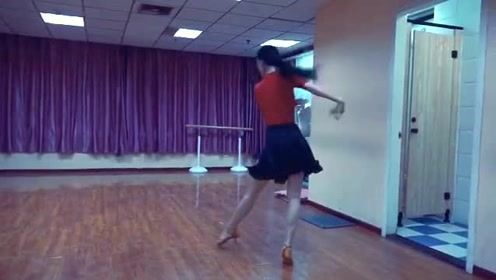 一个孤独的舞者,舞动了青春与性感!