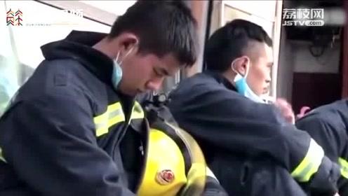 """10秒入睡!消防员长时间作业后 施展""""秒睡技能"""""""