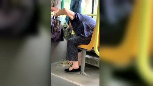 公交上的一幕,抓紧时间在公交上摘菜,下一步老人的行动亮了!