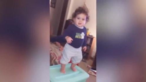 宝宝在箱子上跳,然后直接摔到了里边,这也太逗了吧!