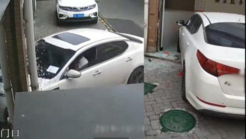 浙江一男子疑因不满违停被锁车,驾车撞进物业后扬长而去