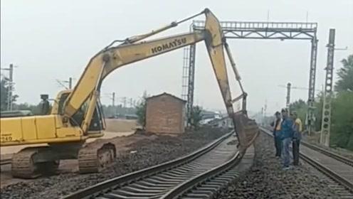 别看铁轨多么无坚不摧,在它的面前就好像一根面条,这能安全吗?