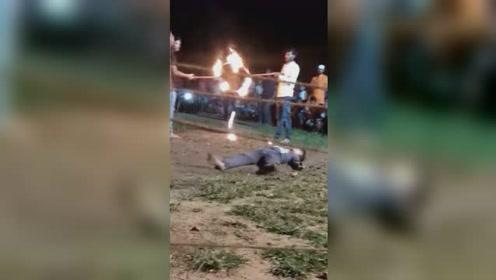 惊险实拍!男子跑跳穿越火环头部落地倒地不起