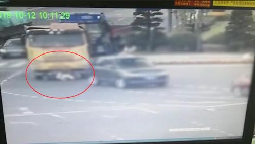 女子骑车违章遭大货车拖行40米还负全责 拒在责任认定书上签字