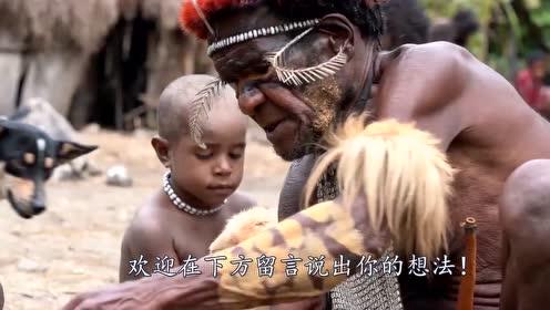 中国小伙参观食人族,拿一头活猪当礼物,吃法却和想象不同!