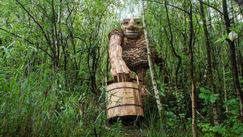 """艺术家在森林里,建起7只""""巨型木雕"""",犹如森林里的巨人!"""
