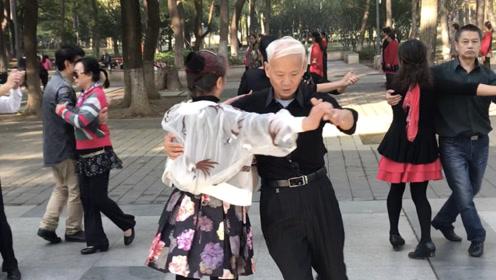 72岁老奶奶跳交谊舞,步伐矫健,双人配合默契,太优美了